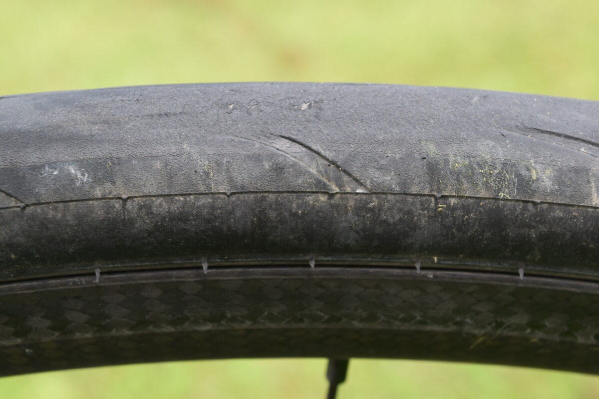 緊急回避の急制動で指2本でフルロックさせてしまった後タイヤとブレーキが良く効くMAVICカーボンホイール